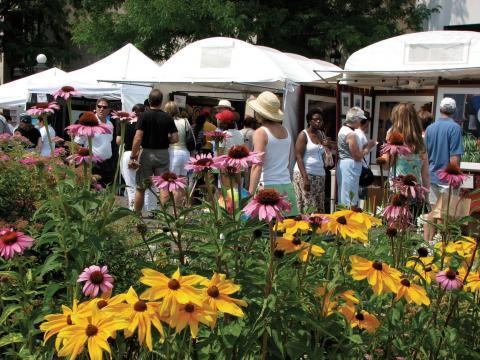 Mirando los puestos de obras de arte en el Cherry Creek Arts Festival de Denver